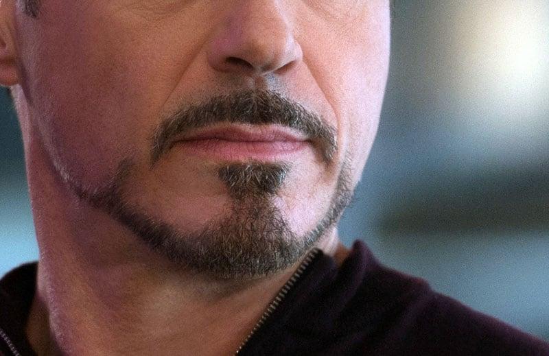 Mento con pizzetto e baffi di Tony Stark