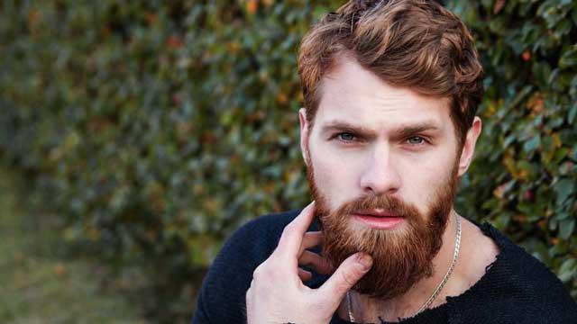 uomo con la barba lunga